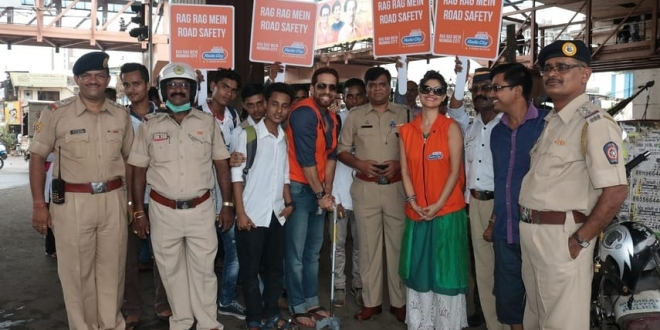 RJ Salil and RJ Archana with the Mumbai Traffic Police DCP ( Western Suburbs ) with his team for the Rag Rag Mein Road Safety campaign