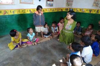 पूर्ण रूप से दिव्यांग लक्ष्मी गढ़ रही है बच्चों का भविष्य